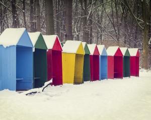 Schneehütten am See